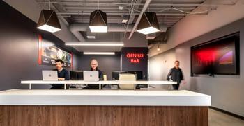 办公室设计以温暖色调平衡工作室氛围